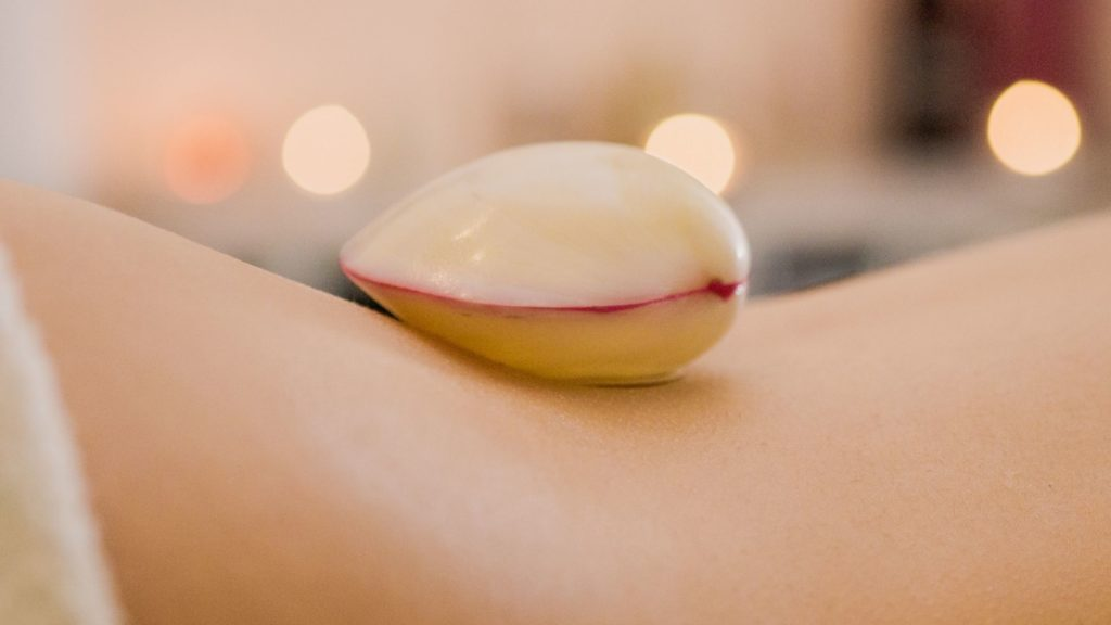 Zertifizierte Lava Shells Massage Ausbildung bei der Master Wellness Akademie